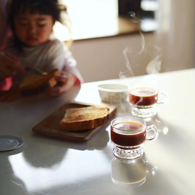 グッドモーニングコーヒー。今日は湯気の伸びがすごい。朝陽がまぶしい。うまい!#sigma50mmart (Instagram)