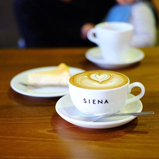 SIENA COFFEE FACTORYでコーヒー休憩。今日と明日はHANDさんとコラボのホワイトデーイベントやってるので遊びに来たのでした。カフェラテ&チーズケーキ。うまい! (Instagram)