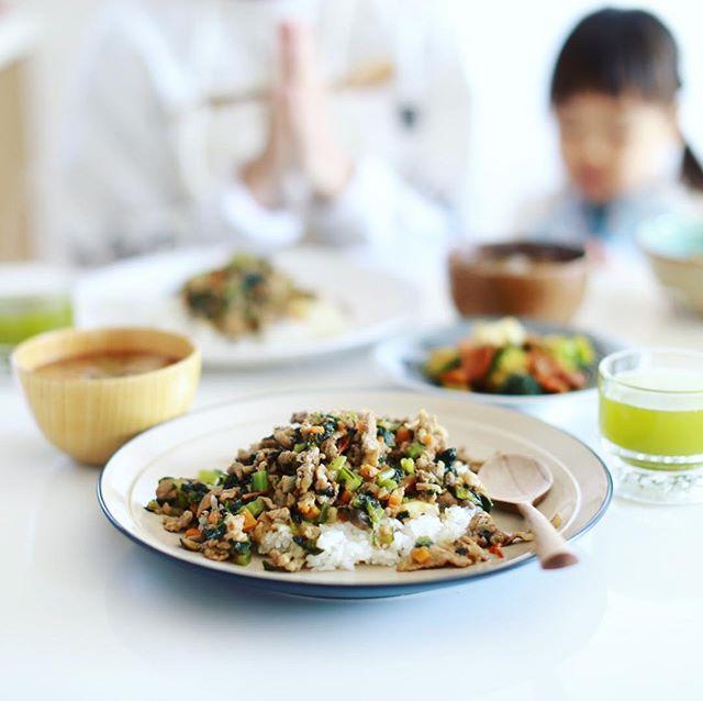 今日のお昼ごはんは、冷蔵庫の在庫一掃ドライカレー、ブロッコリーと人参の生姜炒め、ラディッシュとわかめのお味噌汁。うまい!#canon50mm12 (Instagram)