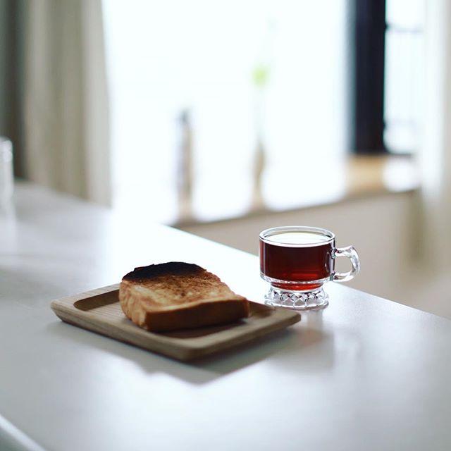 グッドモーニングコーヒー&冷凍庫に残ってたどこのか不明なトースト。雨の連休明けな朝は誰も起きてこない。うまい!#canon50mm12 (Instagram)