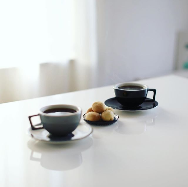 グッドモーニングコーヒー&お土産にもらった古代エジプトクッキー。今週の豆はカッピングルームで買って来たコスタリカ飲み比べセット。リラスゲイシャとシュマーバナチュラル。うまい! (Instagram)