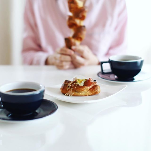 #BoulangerieCraquement #ブーランジェリークラックマン のカレーグラタンパンとベーコンエピでグッドモーニングコーヒー。うまい! (Instagram)