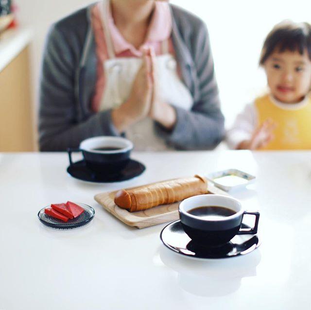 グッドモーニングコーヒー&オランダのお土産にもらったピンクのチーズ。うまい! (Instagram)