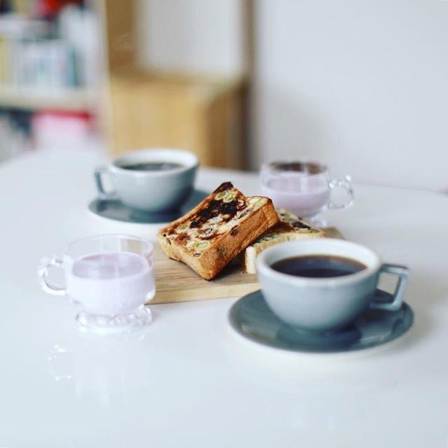 グッドモーニングよいまめパントースト&コーヒー&じゃばら山ぶどう液ケフィアに昨日バスツアー土産で買って来た川辺町の蜂蜜。うまい! (Instagram)