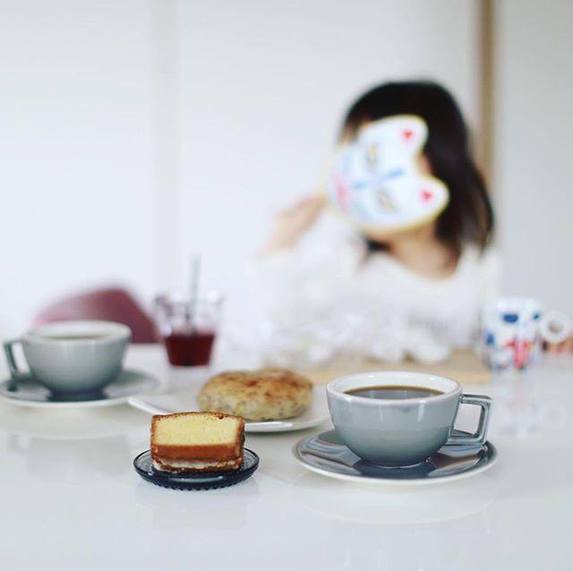 #お菓子屋Rietto さんのレモンのウィークエンド(の端っこ!)と #momochamibread のベーグルでグッドモーニングコーヒー。うまい! (Instagram)