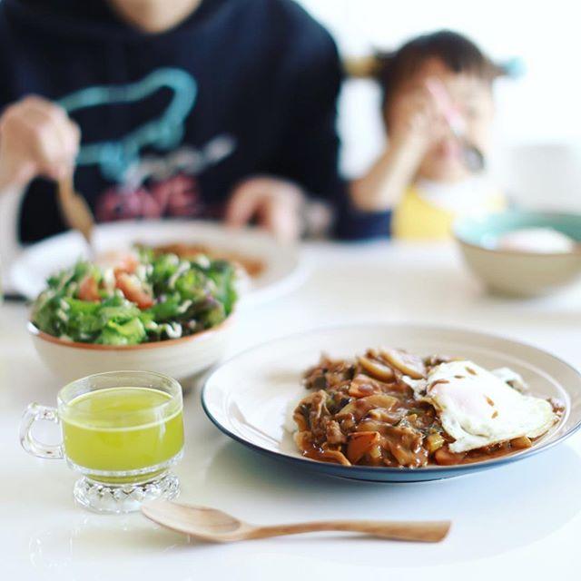 今日のお昼ごはんは、根菜とキノコのビーフカレー。うまい! (Instagram)