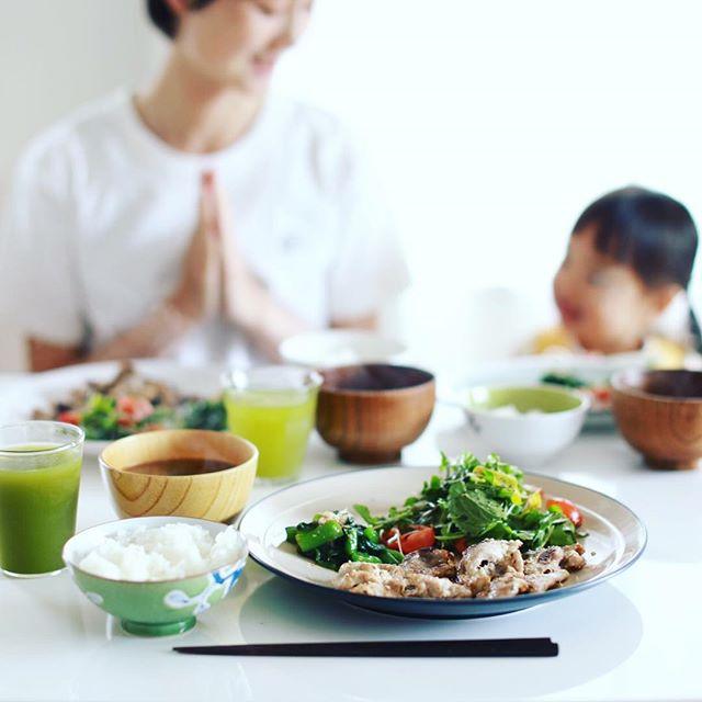 今日のお昼ごはんは、オリーブ豚の塩麹漬け焼き、つるむらさきのおひたし、ルッコラとトマトのサラダ、大葉とキノコのお味噌汁、土鍋ごはん。うまい! (Instagram)