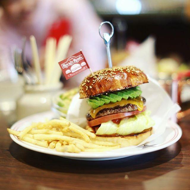 今日のお昼ごはんは、ロッキンロビンでアボカドチーズバーガー。そういえば昨日もハンバーガー食べたんだった。うまい!#オニマガ名古屋散歩 (Instagram)