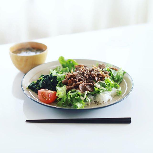 今日のお昼ごはんは、牛肉とレタスの焼肉サラダごはん、ほうれん草のごま和え、ニラとミニトマトのお味噌汁、じゃばらソーダ。うまい! (Instagram)