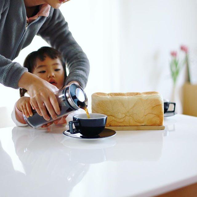 お土産にもらった #乃が美 の生食パン丸かじりでグッドモーニングコーヒー。うまい!-#ef50mmf14 #50mmf14 (Instagram)
