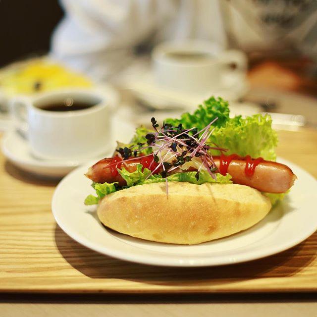 Bon Vivantでグッドモーニングホットドッグ&コーヒー。うまい!#オニマガ東京散歩 (Instagram)