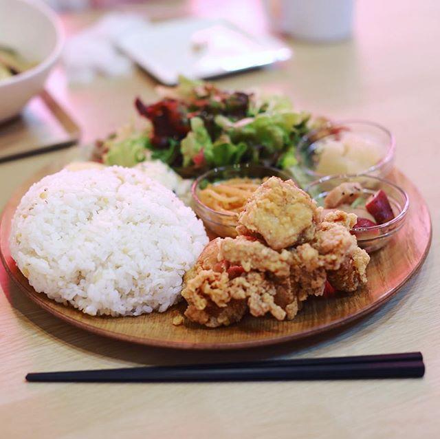 #大須食堂MEEK にランチしに来たよ。唐揚げ定食大盛り野菜モリモリ。うまい!#オニマガ名古屋散歩 (Instagram)