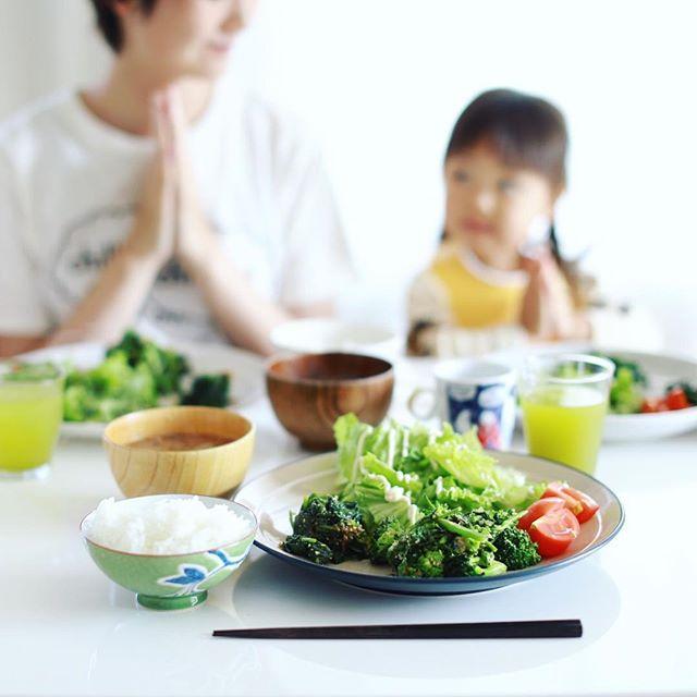 今日のお昼ごはんは、ブロッコリーと菜花の塩麹炒め、ほうれん草のおひたし、レタスサラダ、ミニトマト、玉ねぎとわかめのお味噌汁、土鍋ごはん。うまい! (Instagram)