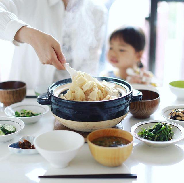 今日のお昼ごはんは、筍ごはん、せりのおひたし、五目ひじき、漬物、具沢山お味噌汁。うまい! (Instagram)