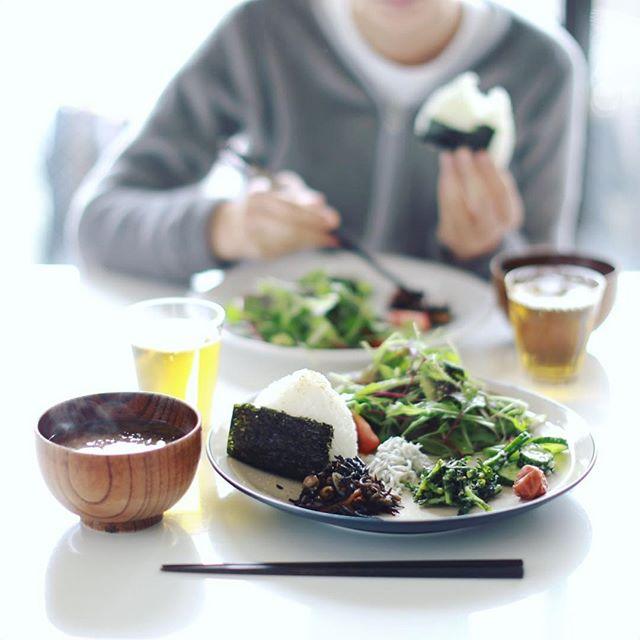 今日のお昼ごはんは、おにぎり、春菊のおひたし、ひじきの煮物、しらす、葉っぱ色々のサラダ、きゅうりの塩麹漬け、梅干し、もずくとミニトマトのお味噌汁。うまい! (Instagram)