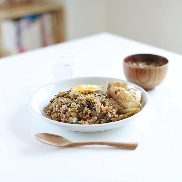 今日のお昼ごはんは、目玉焼きのせ和風ドライカレー&寝かせ玄米、筍の土佐煮、ふきの甘辛煮、具沢山お味噌汁。煮物は白ごはん.comレシピ。うまい! (Instagram)