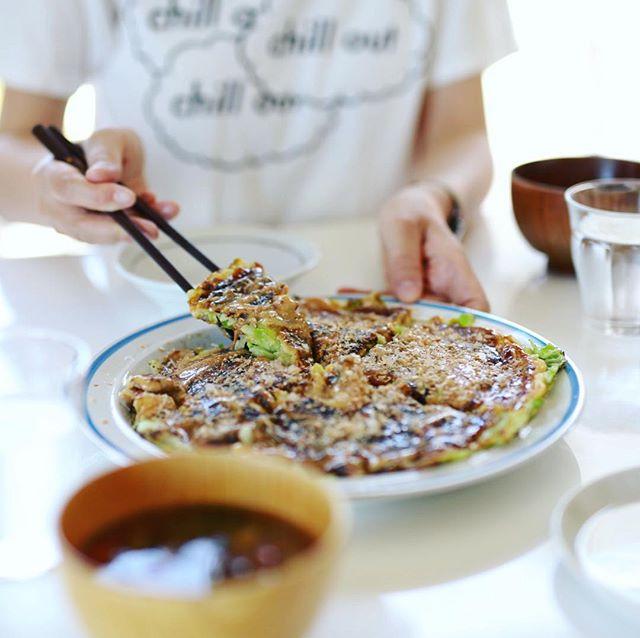 今日のお昼ごはんはお好み焼き。お好み焼きは白米が食べたくなるんだけど、ごはん炊くの忘れたー。うまい! (Instagram)