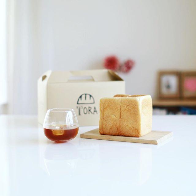 パンのトラ八事店の高級食パンを半分おすそ分けしてもらったー。1本2000円とな!びっくりなグッドモーニングコーヒー。アメリカンプレスで作ってみた水出しコーヒー、意外といけるなぁ。うまい! (Instagram)