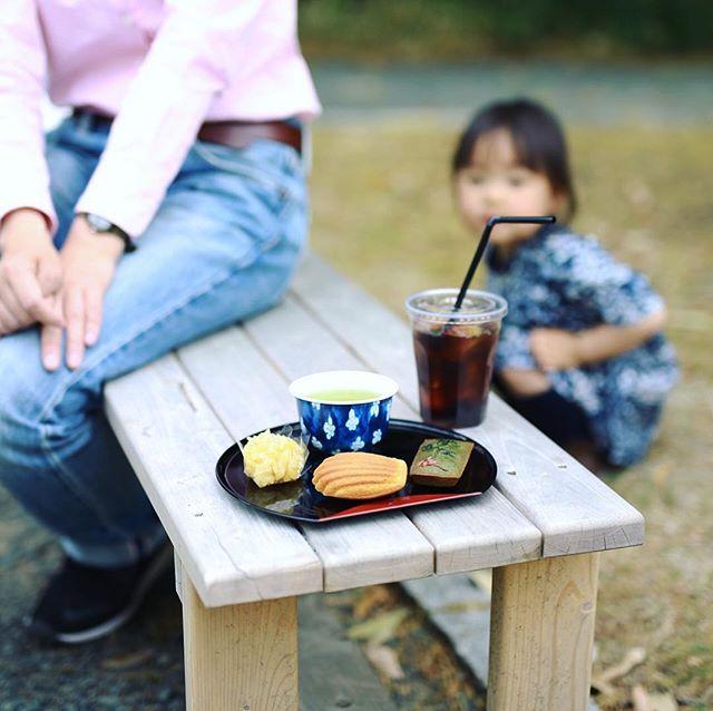 豊田市美術館の庭園でやってるMUSEUM MARKETに遊びに来たよ。bonnieuxのフィナンシェ&マドレーヌと萬望工房の和菓子と河野茶店の緑茶とヨシダコーヒーテンのアイスコーヒーで3時のおやつ休憩。うまい! (Instagram)