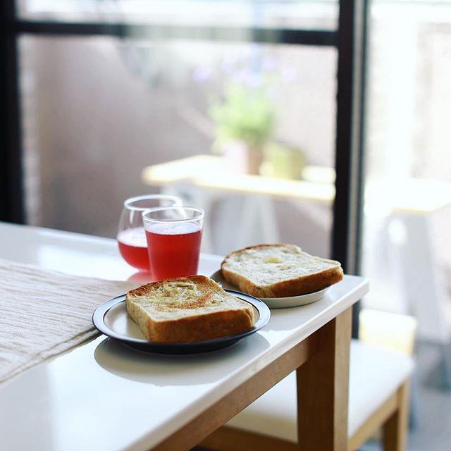 豊田土産にCONTENTS nishimachiのRisoで買って来たアールグレイとレモンの食パンでグッドモーニング山ぶどうソーダ。うまい! (Instagram)