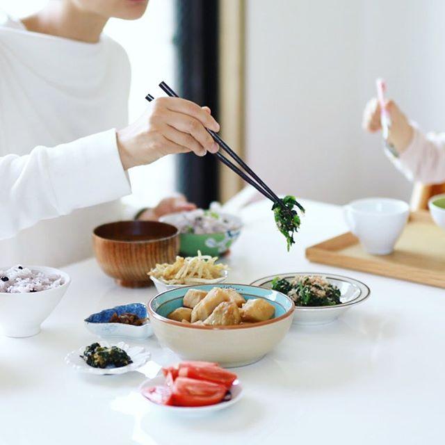 今日のお昼ごはんは、里芋の煮っころがし、ほうれん草のおひたし、もやしナムル、トマト、あさりしぐれ、ふき味噌、具沢山お味噌汁、千石大豆ごはん。うまい! (Instagram)