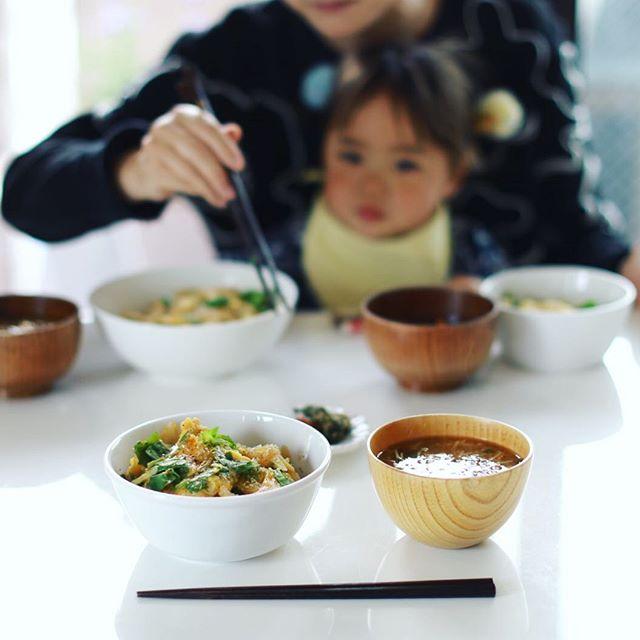 今日のお昼ごはんは、玉子丼、具沢山お味噌汁、ふき味噌。うまい! (Instagram)