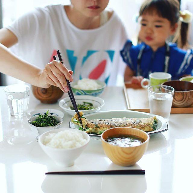 今日のお昼ごはんは、ニラ玉お好み焼き、クレソンの胡麻和え、セリのおひたし、ゆずたくあん、大根の葉とエノキとわかめのお味噌汁、白米。うまい! (Instagram)