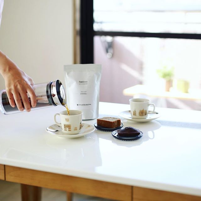 #フィナンシェリーアッシュ の黒オリーブフィナンシェとNook&Crannyで買って来たコーヒーパウンドケーキでグッドモーニングコーヒー。豆はAND COFFEE ROASTERSのFreshService Blend。うまい!-#nookandcranny #andcoffeeroasters #freshservicestockroom (Instagram)