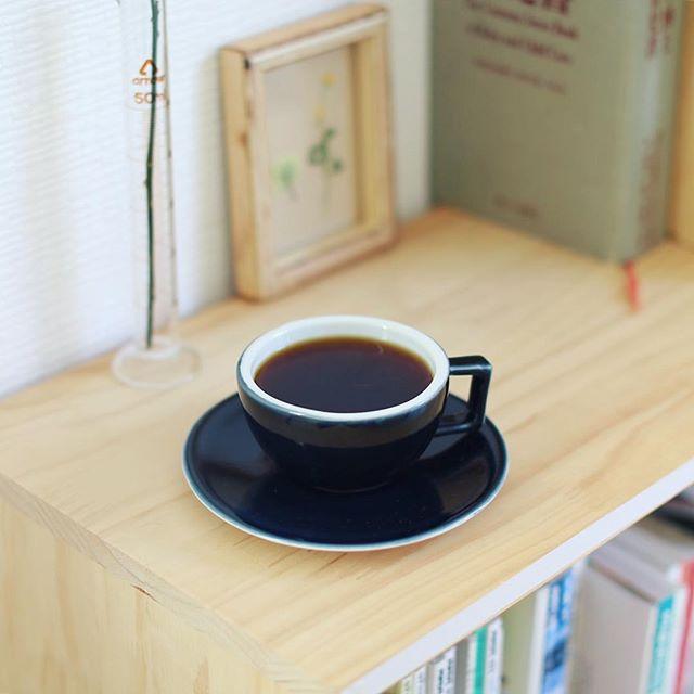 グッドモーニングコーヒー。最近アメリカンプレスばっかりだったので久々にハンドドリップ。朝の儀式的な感じがしていいなぁ。うまい! (Instagram)