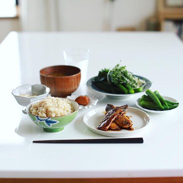 今日のお昼ごはんは、鰯の照り焼き、茎ブロッコリーとスプラウトの亜麻仁醤油和え、茹でオクラ、具沢山お味噌汁、ゆずたくあん、梅干し、玄米。うまい! (Instagram)
