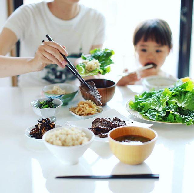 今日のお昼ご飯は、葉っぱで巻き巻き焼肉、ひじきの煮物、切り干し大根、からし菜のおひたし、具沢山お味噌汁、玄米。うまい! (Instagram)