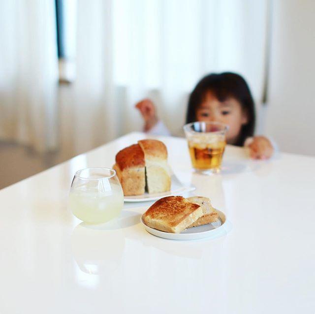 BIO Mart & Kitchenの食パンと玄米ごぱんでグッドモーニングじゃばらソーダ。 #東別院ミーツオーガニックマーケット のお土産。うまい! (Instagram)