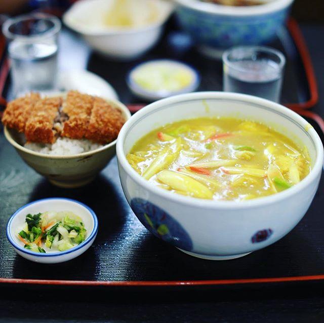 円頓寺のおか茂にお昼ごはん食べに来たよ。カレーうどん&ミンチかつのせごはん。うまい!#オニマガ名古屋散歩 (Instagram)