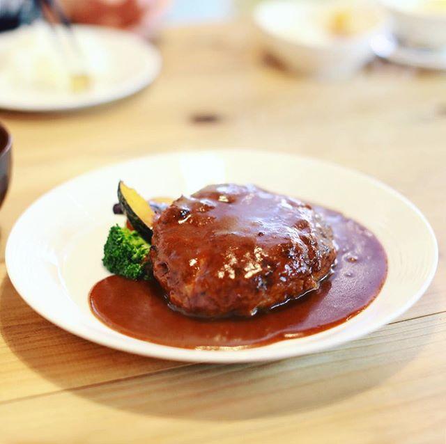 千代田にオープンしたハンバーグ屋さん青春キッチンにランチしに来たよ。デミグラスソースのハンバーグ2倍サイズ。うまい!#オニマガ名古屋散歩 (Instagram)