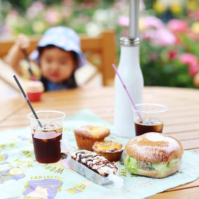 ハッシェルマーケットでベーグルサンドやら焼き菓子やらいろいろ買い込んでフラリエでグッドモーニングピクニック。うまい!#オニマガ名古屋散歩 (Instagram)