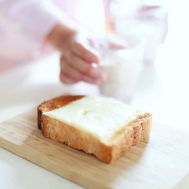 #jikanryoko の食パンでチーズトースト&アイスココア。うまい! (Instagram)