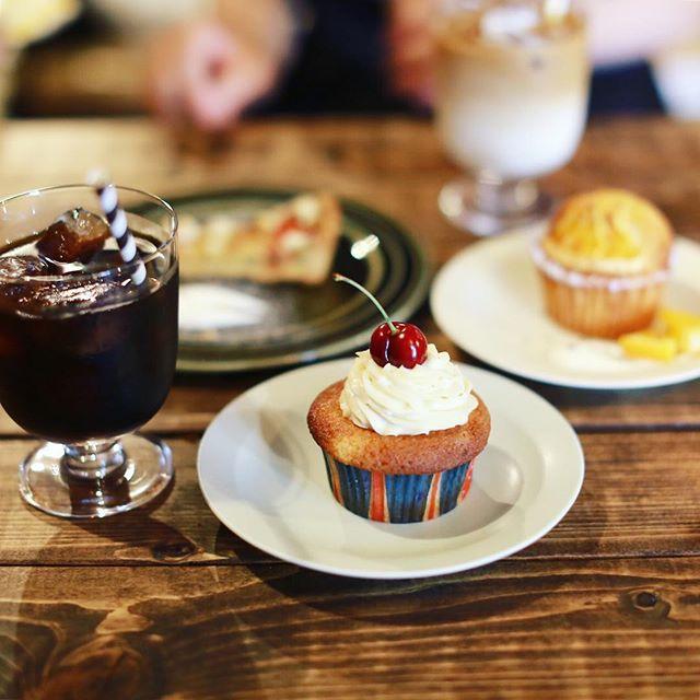 散髪屋さんで焼き菓子屋さんで夜はメキシカンなお店になるというLivingstoneに来たよ。カップケーキとマフィンとタルトでおやつタイム。うまい!#オニマガ岐阜散歩 (Instagram)