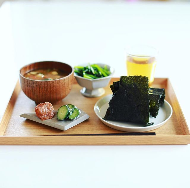今日のお昼ごはんは、玄米おにぎり、壬生菜のおひたし、具沢山お味噌汁、梅干し、漬物。うまい! (Instagram)