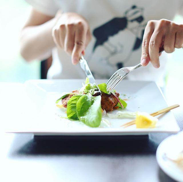 今日は岡崎に遊びに来たよ。お昼ごはんは岡崎ニューグランドホテルの展望レストランでランチビュッフェ。目の前が岡崎城と乙川でナイスビュー。うまい! (Instagram)