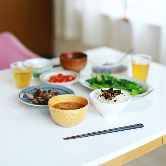 今日のお昼ごはんは、砂肝の塩焼き、ロメインレタスの炒め物、ミニトマト、具沢山お味噌汁、自家製ふりかけごはん。うまい! (Instagram)