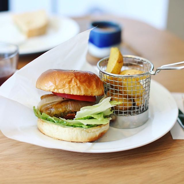 Q.O.L COFFEEでハンバーガー&コールドブリューコーヒーのお昼ごはん。うまい!#オニマガ名古屋散歩 (Instagram)