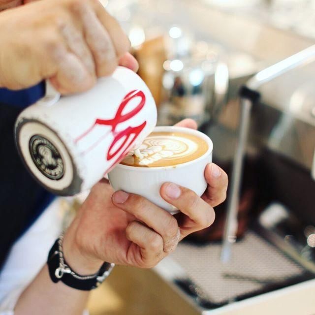 京都市動物園の前に明日オープンするコーヒー屋さん「.S( #ドットエス )」のプレオープンに来たよ。カフェラテ休憩。うまい!#オニマガ京都散歩 (Instagram)