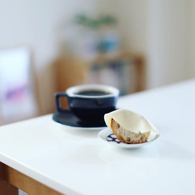 グッドモーニングコーヒー&チーズのっけバゲット。うまい! (Instagram)