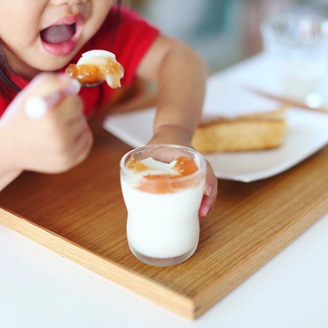奥様が作ってくれた自家製ミルク葛プリンに #葡萄のふくおか の林檎ジャムを乗せて #不老園正光 の #和葛 #やわくず 風グッドモーニングプリン。うまい!そして本家のが食べたくなる! (Instagram)