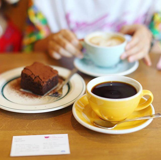 覚王山に新しくできたコーヒー屋さんnote coffee houseにおやつしに来たよ。コーヒー&カフェラテ&ブラウニー。うまい!#オニマガ名古屋散歩 -#notecoffeehouse (Instagram)