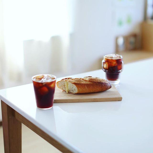 グッドモーニングチーズバゲットサンド&アイスコーヒー。サクサクトローリ。うまい! (Instagram)