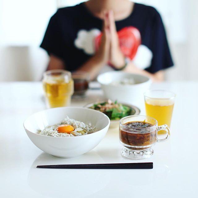 今日のお昼ごはんは、釜揚げしらす丼with生卵、オクラのおひたし、じゃがいもと切り干し大根とわかめのお味噌汁。うまい! (Instagram)
