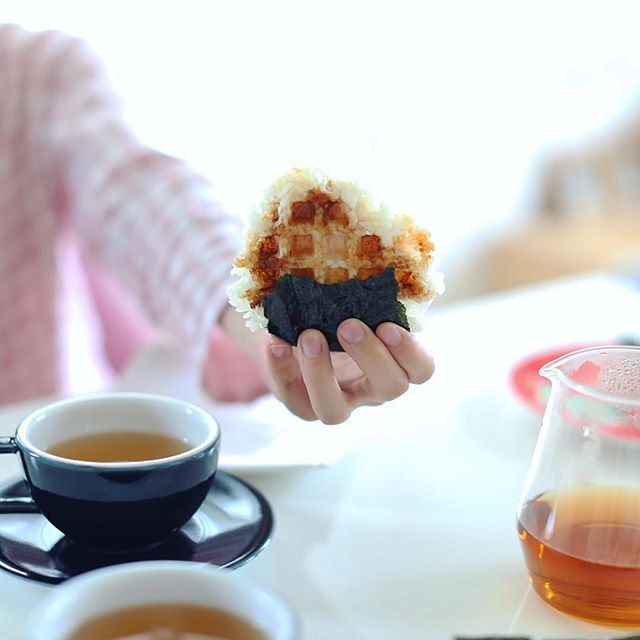 グッドモーニング焼きオニギリッフル&エアロプレスほうじ茶。うまい! (Instagram)