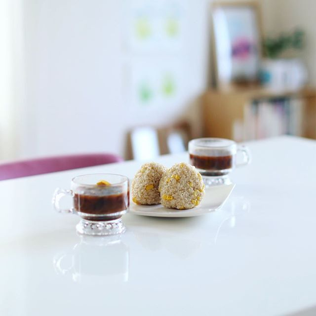 グッドモーニング発芽玄米とうもろこしごはんオニギリ&ネギとわかめのお味噌汁。うまい! (Instagram)