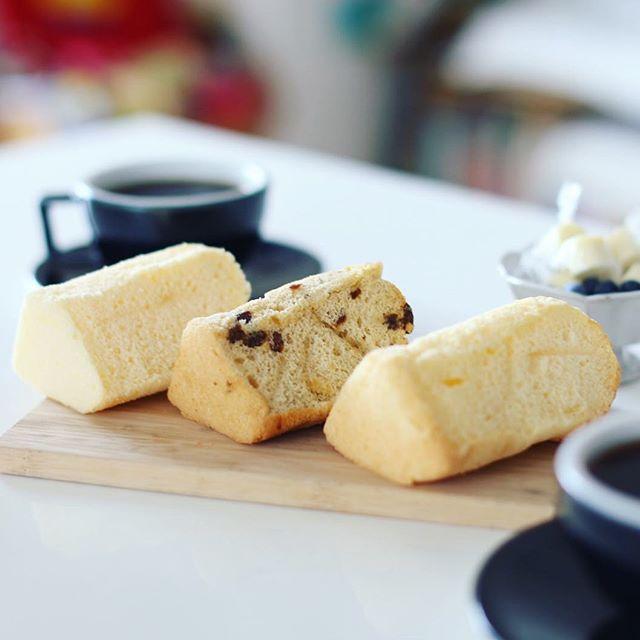 シフォンケーキ&焼き菓子のお店ビスキットのシフォンケーキとR ART OF COFFEEのコーヒーでグッドモーニング。昨日の鏡池通り散歩のお土産。うまい! (Instagram)